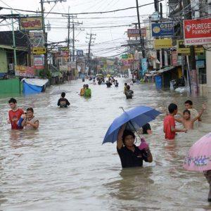 На Филипините опустошително наводнение и торнадо.