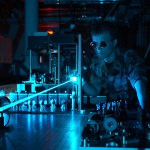 Как да се огъне лазерния лъч: един забавен експеримент – Видео