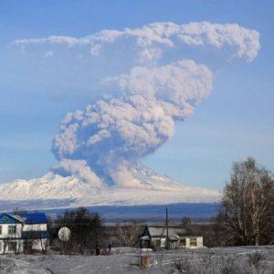 Ефектно изригване на вулкан в Камчатка – 6,5 км димен стълб