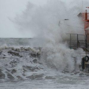 Mощна буря В Сочи с огромни вълни